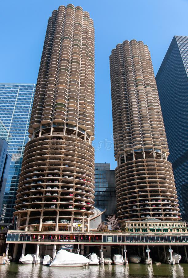 Chicago, Illinois, U.S.A. - 29 marzo 2016: Grattacieli di Chicago, punto di vista di Marina City da Chicago River fotografia stock