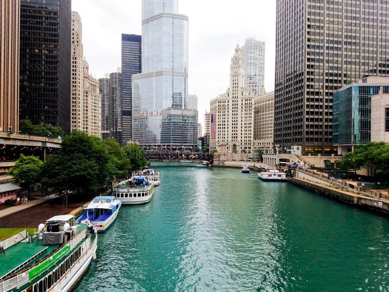 Chicago, Illinois, USA 07 05 2018 Atutowy wierza, Wrigley budynek z ampuły flagą, rzeczny nabrzeże 4th Lipa tydzień fotografia stock