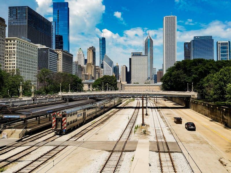 Chicago, Illinois, USA 07 05 2018 Chicago-Landschaft mit Zug auf einer Eisenbahn und Autos auf einer Straße in der Front stockbild