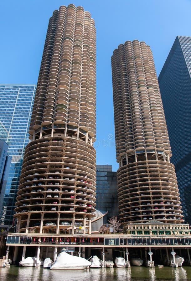 Chicago Illinois, USA - mars 29, 2016: Chicago skyskrapor, sikt av Marina City från Chicago River arkivfoto