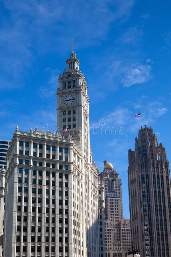 CHICAGO - JULI 13: Wrigley byggnad i Chicago p? Juli 13, 2013 Den Wrigley byggnaden är en skyskrapa med två tornsöder arkivfoton
