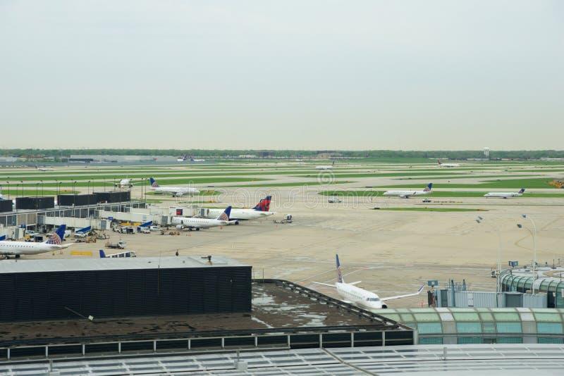 CHICAGO, l'ILLINOIS, ETATS-UNIS - 11 mai 2018 : Plusieurs lignes aériennes voyagent en jet le stationnement sur la position de po image stock