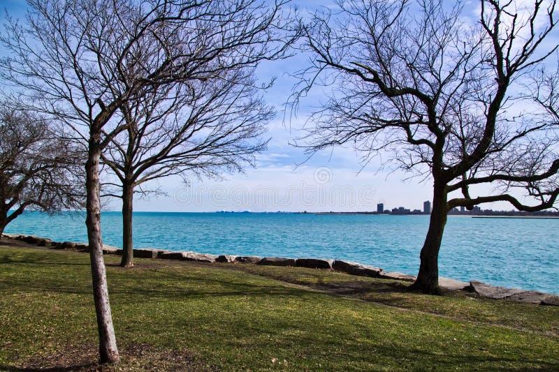 Chicago lakeshore no lado sul do Lago Michigan em um dia de inverno frígido imagens de stock royalty free