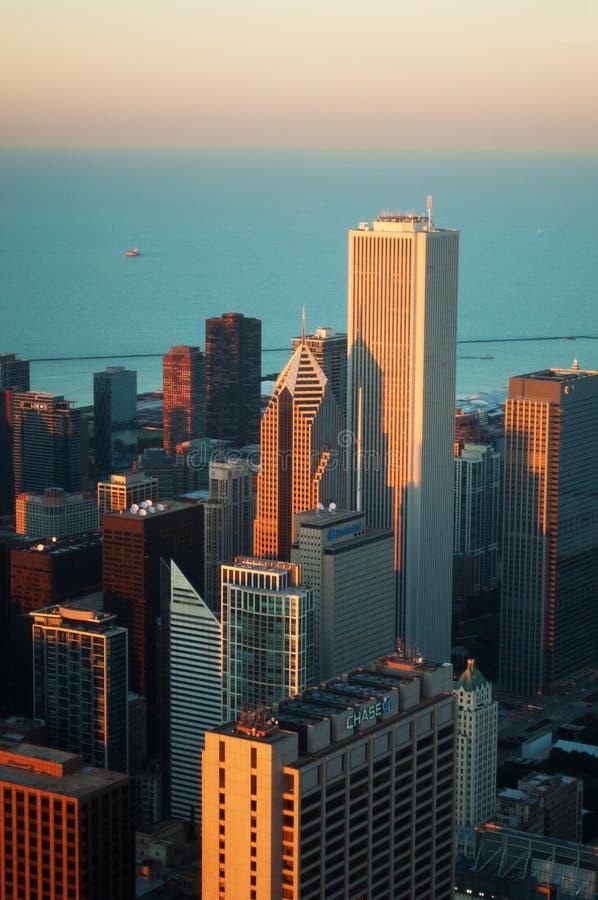 Chicago: linia horyzontu przy zmierzchem widzieć przez szkła Willis wierza obserwaci pokład na Wrześniu 22, 2014 zdjęcie stock