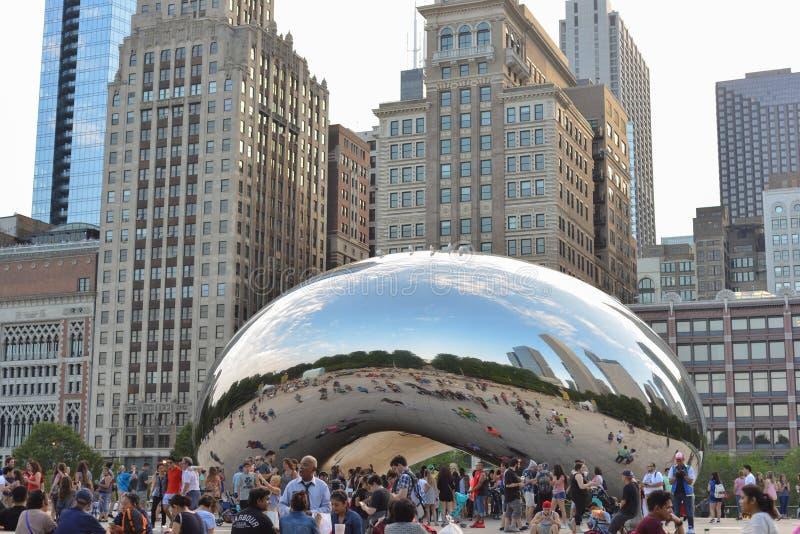 Chicago, los E.E.U.U. - 11 de junio de 2018: Puerta de la nube - haba en parque del milenio en verano Paisaje urbano con los turi imagenes de archivo