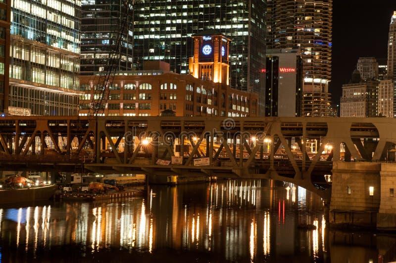 La rivière Chicago la nuit images libres de droits
