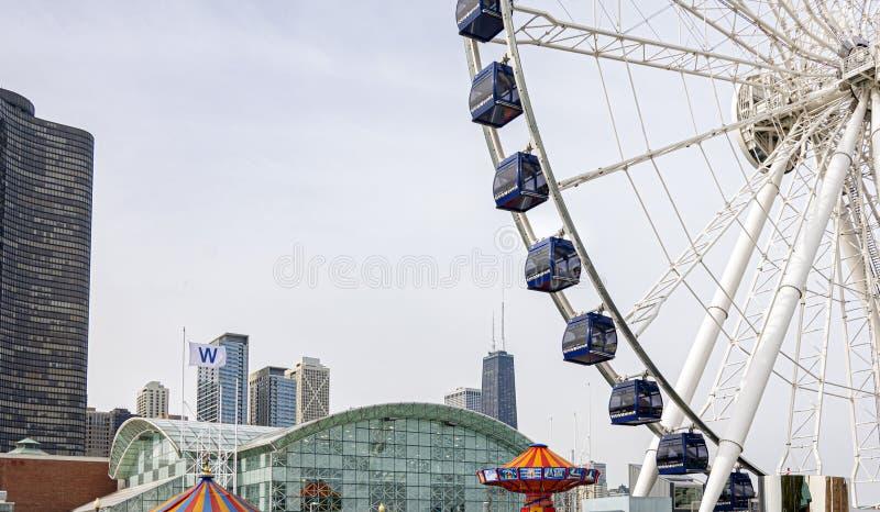 Chicago marynarki wojennej molo z Ferris kołem i miasta linia horyzontu z drapacz chmur w tle obraz stock