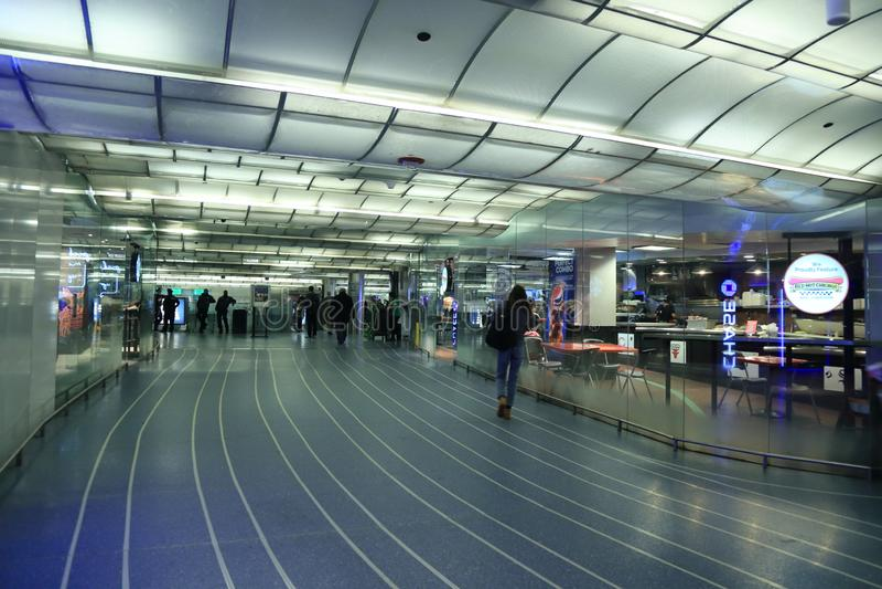 Chicago-Metro-Station, Schienendurchfahrt, verlängernd in allen Richtungen, komplette Kundendienstanlagen stockbild