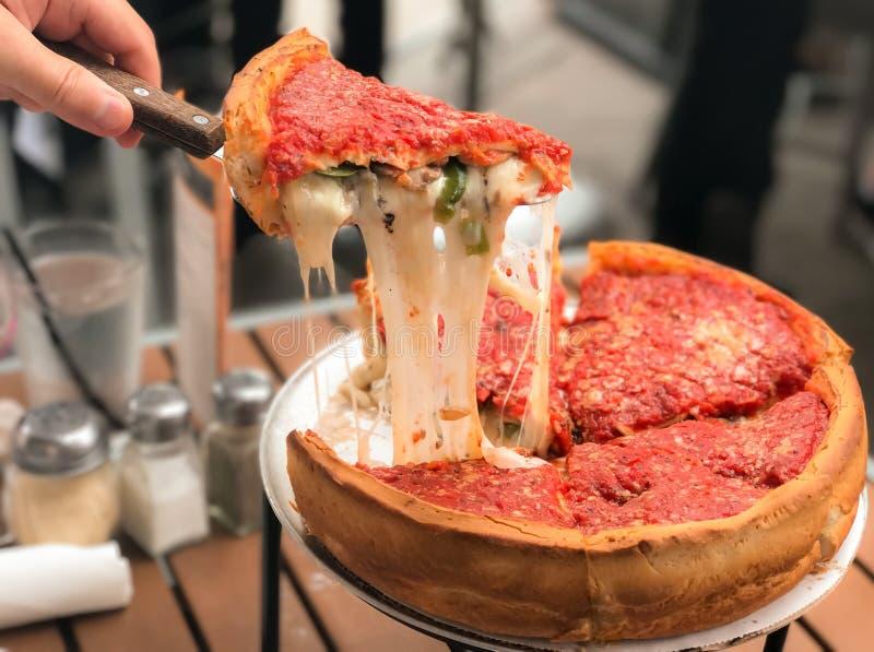 Chicago-Pizza gefüllt mit Käse stockbild
