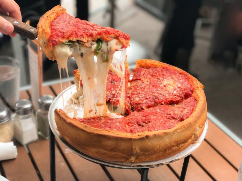 Chicago pizza som fylls med ost royaltyfri fotografi
