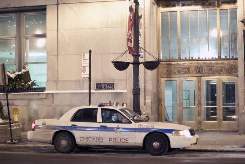 Chicago-Polizeiwagen in im Stadtzentrum gelegenem Chicago nachts lizenzfreies stockfoto