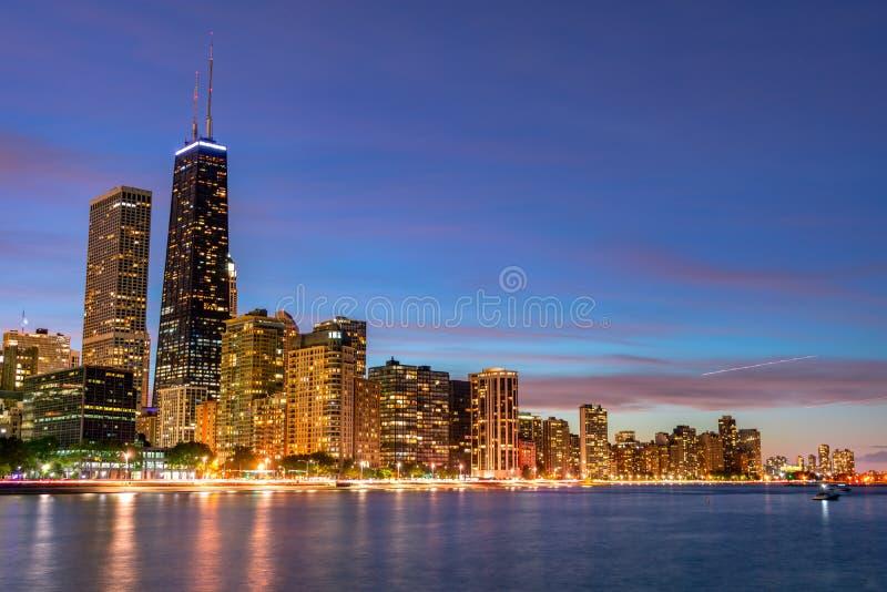 Chicago que iguala horizonte con la impulsión de la orilla del lago fotografía de archivo