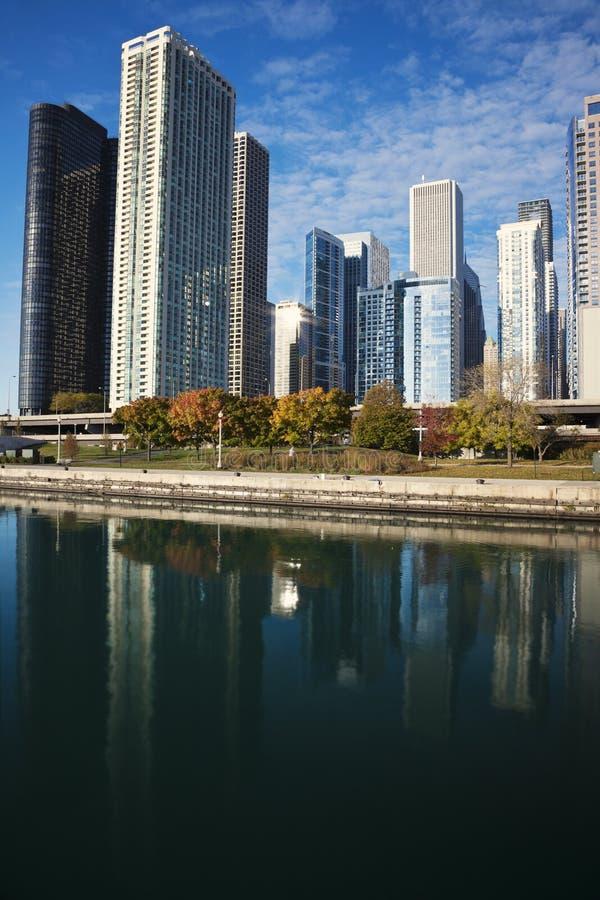 Chicago reflejó en el lago Michigan fotos de archivo libres de regalías