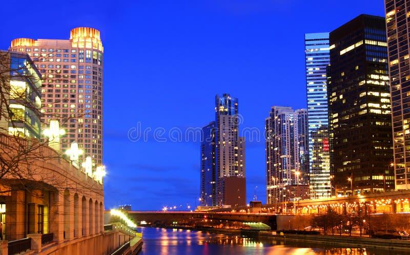 Chicago River alla notte fotografia stock libera da diritti