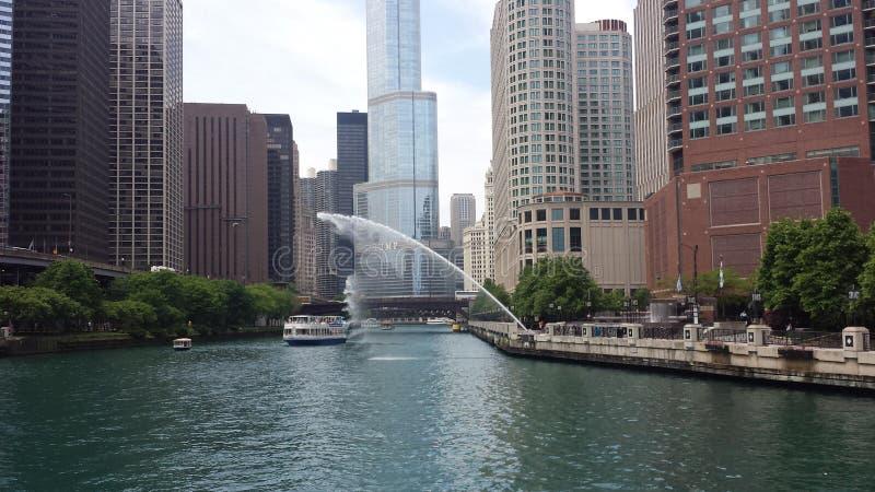 Chicago River com córrego da água foto de stock royalty free