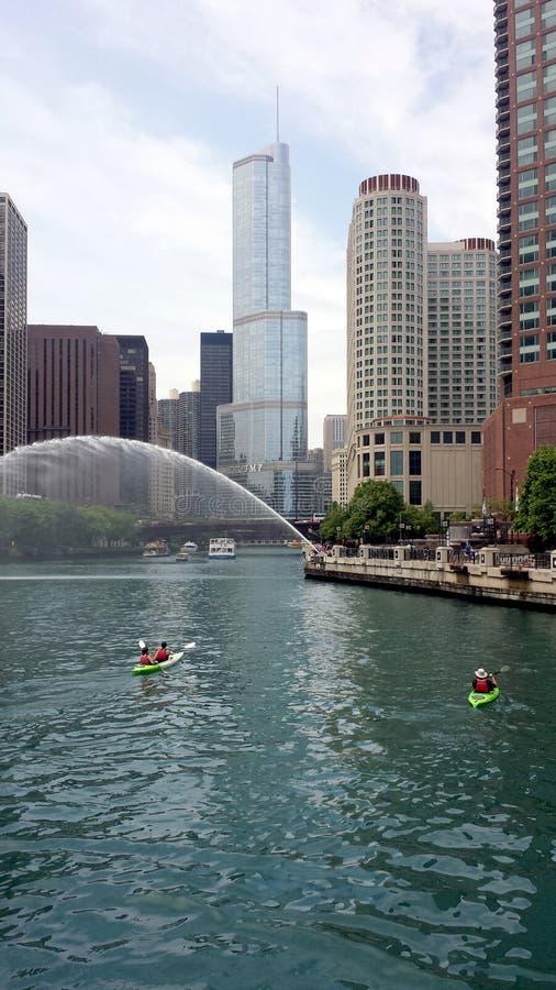 Chicago River com caiaque imagem de stock