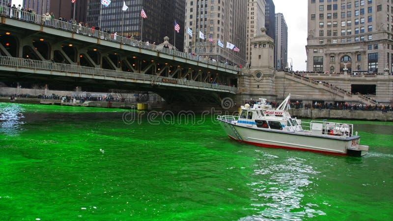 Chicago River färgade vid grön färg för Sts Patrick dag royaltyfria foton
