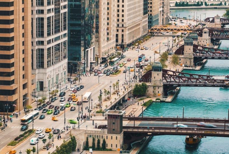Chicago River med fartyg och trafik royaltyfri bild