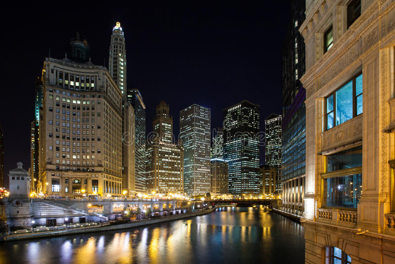Chicago River no crepúsculo imagens de stock royalty free