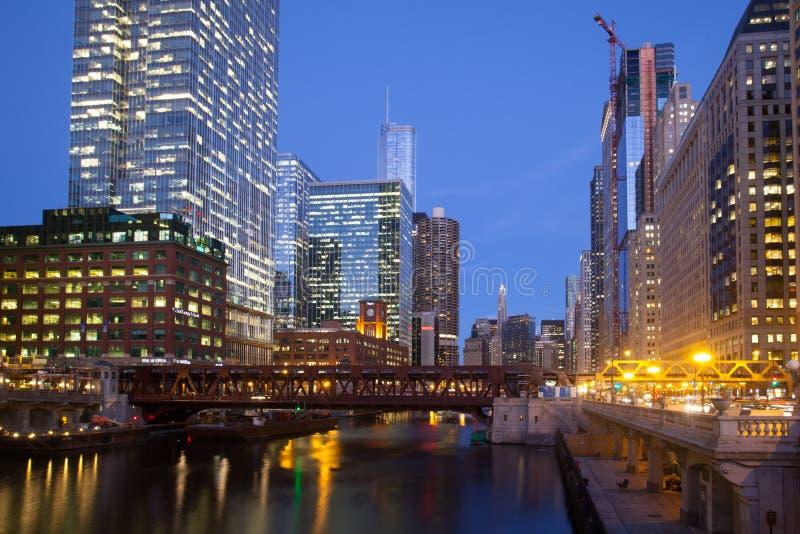 Chicago River no crepúsculo imagem de stock