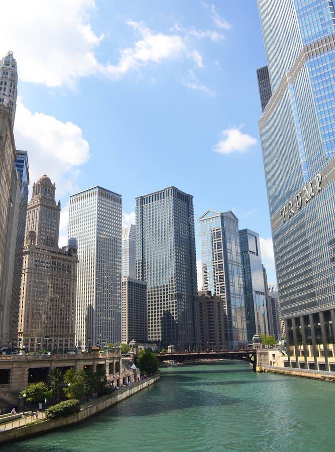 Chicago River och i stadens centrum Chicago, Illinois arkivfoto