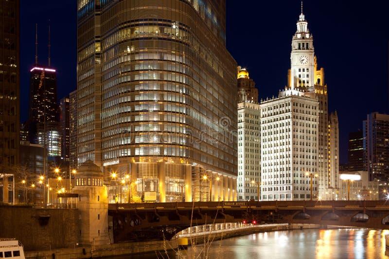Chicago River und im Stadtzentrum gelegene Skyline stockfotografie