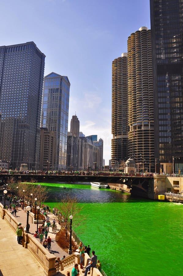 Chicago River verde no dia de St Patrick foto de stock royalty free