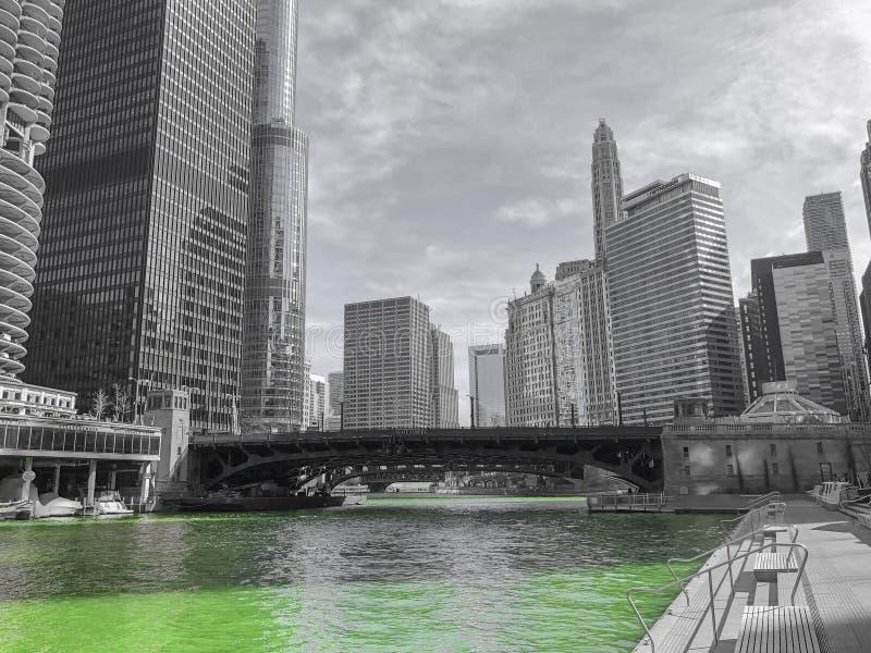 Chicago-riverwalk an Heiliges Patricks-Tag lizenzfreies stockbild