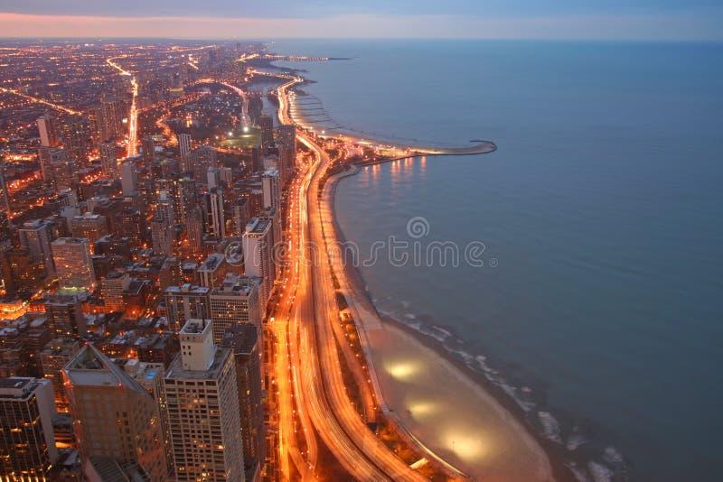 Chicago sikt för drev för sjökust flyg- på skymning royaltyfri fotografi