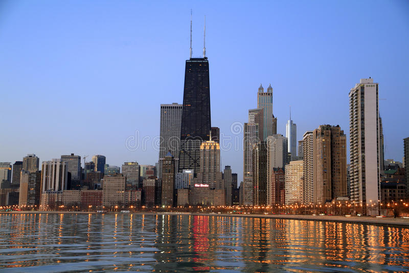 Chicago-Skyline an der Dämmerung lizenzfreie stockbilder