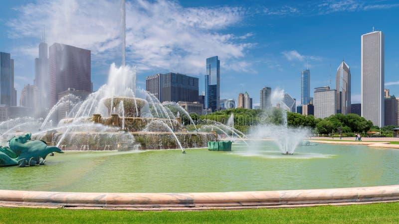 Chicago-Skyline durch Buckingham-Brunnen, Chicago, Illinois stockfoto