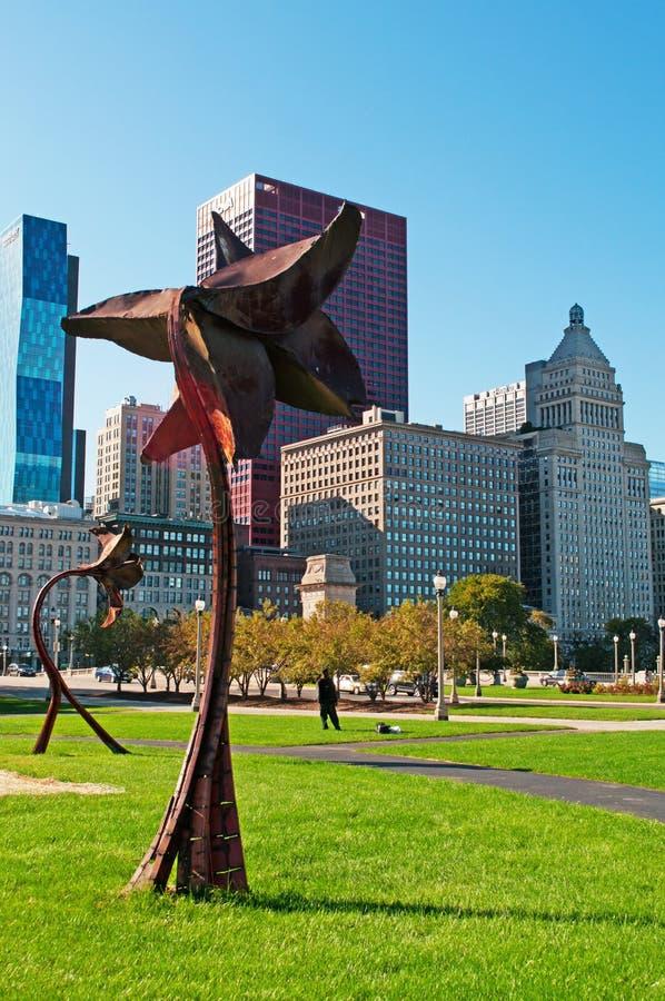 Chicago: skyline e esculturas na forma da flor em Grant Park o 22 de setembro de 2014 fotografia de stock