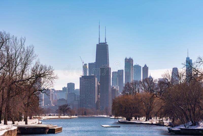 Chicago Skyline från South Lagoon i Lincoln Park med snö under vintern royaltyfria bilder