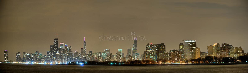 Chicago-Skyline-Panorama nachts stockfotografie