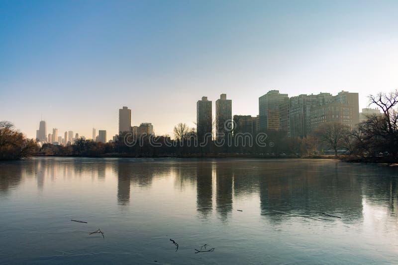 Chicago-Skyline-Reflexion in Nordteich in Lincoln Park stockbild