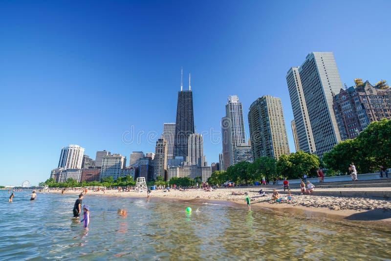 Chicago-Skyline vom Nordalleen-Strand lizenzfreie stockfotos