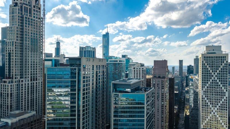 Chicago-Skylineluftbrummenansicht von oben genanntem, vom Michigansee und von der Stadt von im Stadtzentrum gelegenen Wolkenkratz lizenzfreies stockbild
