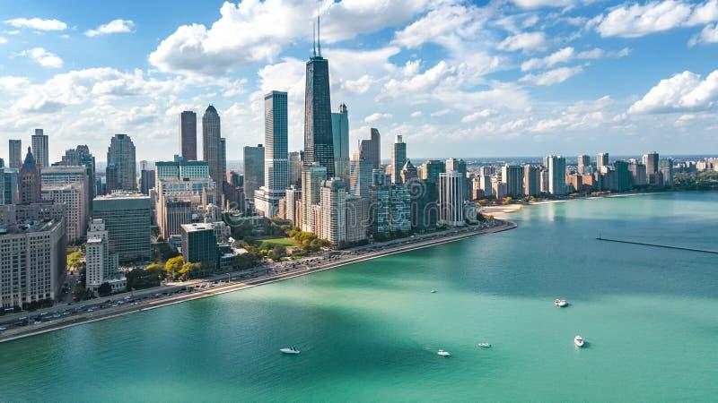 Chicago-Skylineluftbrummenansicht von oben genanntem, vom Michigansee und von der Stadt von im Stadtzentrum gelegenen Wolkenkratz stockfoto
