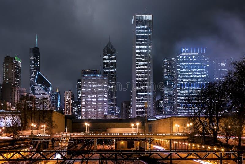 Chicago skyskrapor på natten royaltyfri bild