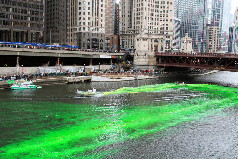 chicago som färgar Green River royaltyfri fotografi
