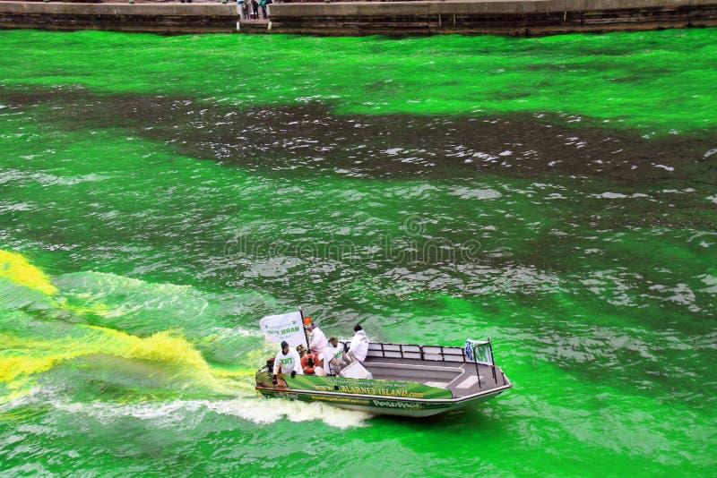 chicago som färgar Green River royaltyfri foto