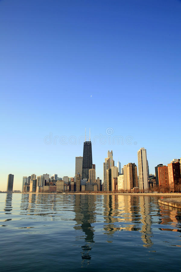 Chicago-Stadt Skyline an der Dämmerung stockbild