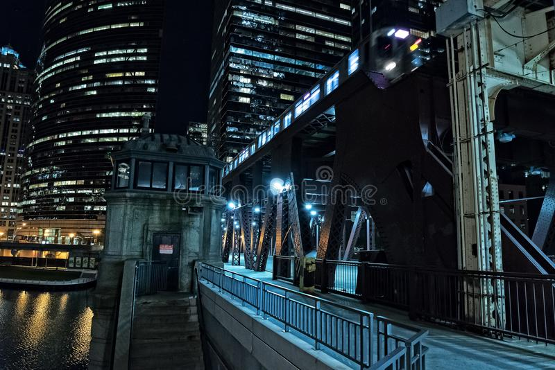 Chicago-Stadtweinlese-Flusszugbrücke mit Zug nachts lizenzfreies stockbild