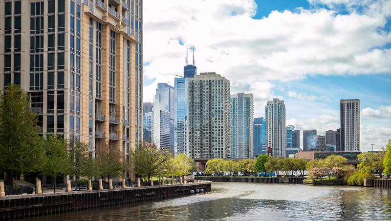 Chicago-Stadtwolkenkratzer auf dem Flusskanal, Hintergrund des blauen Himmels lizenzfreie stockfotos