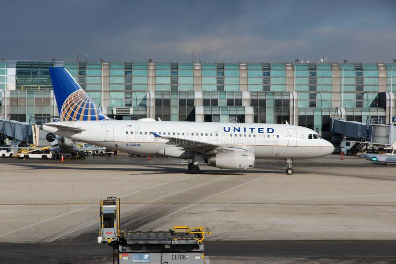 CHICAGO, STATI UNITI - 15 APRILE 2014: United Airlines Airbus A319 all'aeroporto di O'Hare in Chicago Era il quinto aeroporto più fotografia stock libera da diritti