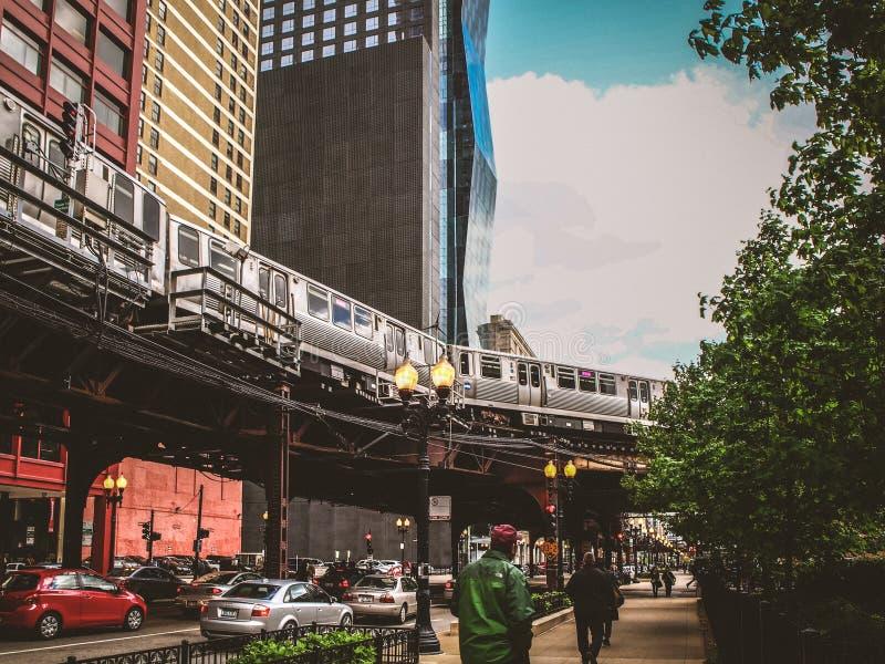 Chicago, Stati Uniti ha elevato il treno nella via in Chicago fotografie stock