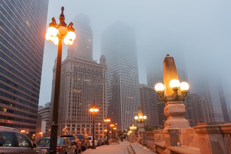 Chicago-Straße als Nebel steigt ab und Lichter kommen auf oberes Wacker stockbild