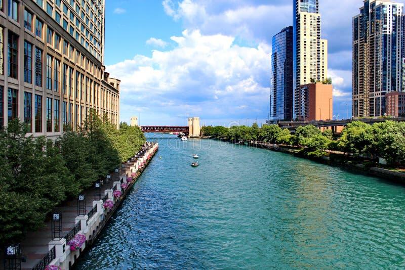 Chicago, U.S.A. - vista del fiume in un bello giorno soleggiato immagini stock libere da diritti