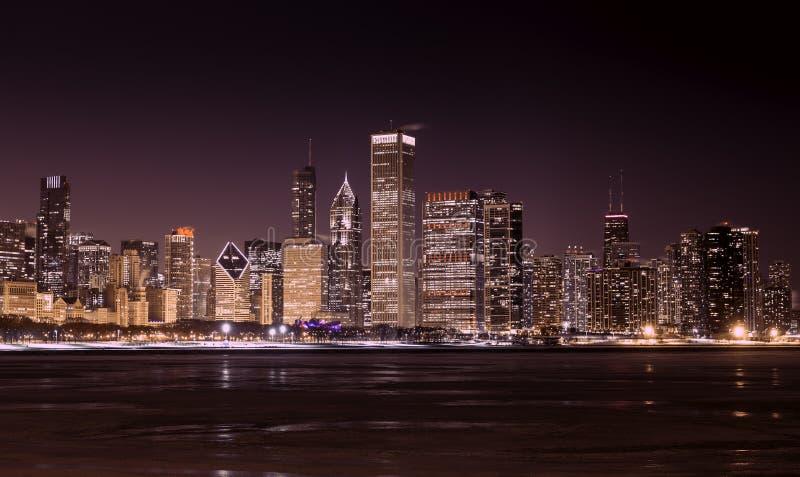Chicago van de binnenstad - Meer Michigan bij nacht royalty-vrije stock afbeeldingen