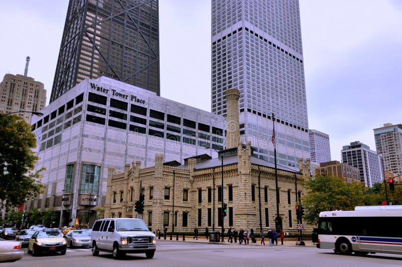 Chicago vattentorn och gata omkring arkivfoton